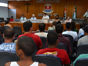 Pescadores de Ubatuba recebem carteira de pescador profissional na Câmara