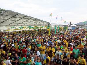 Telão na Praça de Eventos reúne 5 mil na estreia da seleção