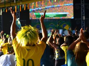 Brasileiros e estrangeiros fazem a festa na Praça de Eventos
