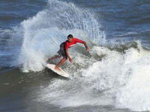 Wesley Dantas larga na frente no Circuito Paulista Hang Loose Surf Attack