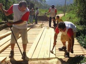 Prefeitura reforma ponte da Fazenda da Caixa e atende comunidade quilombola