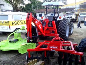 Prefeitura recebe trator para patrulha agrícola