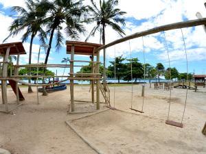 Comtur substitui brinquedos de madeira do parquinho da praia do Cruzeiro