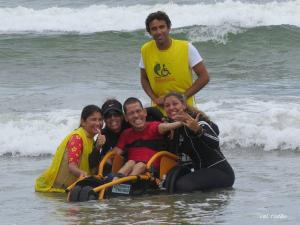 Segunda edição do Surf Acessível contempla alunos da APAE no Perequê-Açu