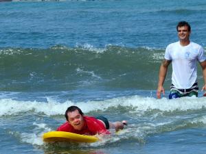 Surf Acessível leva alegria para pais e alunos no Perequê-Açu