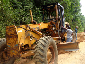 Secretaria de Obras melhora condições da estrada da Cazanga