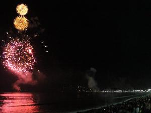 Réveillon: fogos, alegria e muita gente!