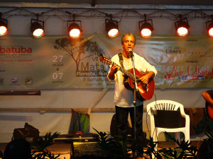 Luís Perequê levanta o público na abertura da 6ª edição do Festival da Mata Atlântica