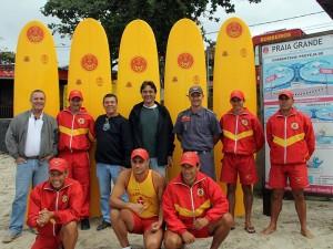 Prefeitura entrega pranchas para auxiliar bombeiros no salvamento de afogados