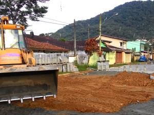 Prefeitura pavimenta vias no Perequê-Açu e na Estufa II