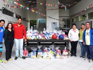 Organização do Ubatuba Extreme e prefeitura doam kits escolares para escolas da costa norte