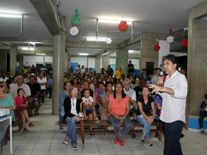Prefeitura entrega contratos de regularização fundiária do Parque das Rosas