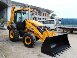 Prefeitura recebe nova retroescavadeira para manutenção de vias