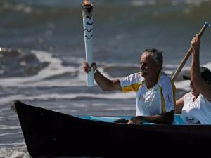 Milhares prestigiam passagem da Tocha Olímpica em Ubatuba