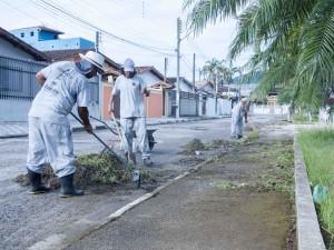 Prefeitura realiza manutenção na Praça BIP e instala banheiros provisórios
