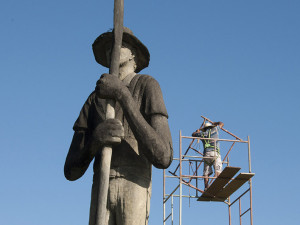 Prefeitura de Ubatuba executa limpeza do Monumento ao Caiçara