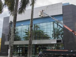 Prefeitura faz limpeza da fachada do Teatro Municipal