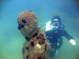 """""""Ação Jacques Costeau"""" restaura estátua submersa localizada na Ilha Anchieta"""