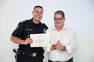 Comandante Almir recebe certificado do Vice Prefeito