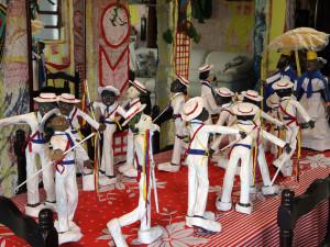 Exposição artística com figuras de papel marca Dia do Folclore