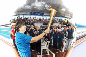 Atleta conduz tocha olímpica na abertura do JORI