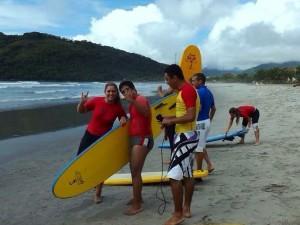 Alunos da Apae participam de Surf Acessível em Ubatuba
