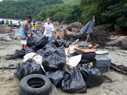 Mutirão em Ubatuba faz limpeza do rio Maranduba