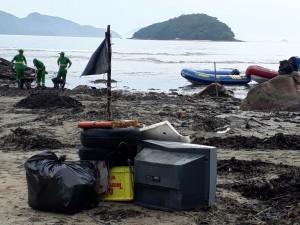Secretaria de Meio Ambiente de Ubatuba realiza mutirão de limpeza no Perequê-Açu