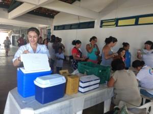 Equipes de saúde vacinam contra a febre amarela durante o feriado da Páscoa