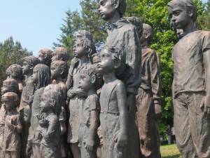 Exposição em Ubatuba relembra extermínio de vila por exército nazista