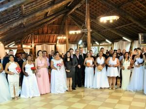 Dia dos Namorados é marcado por casamento comunitário em Ubatuba