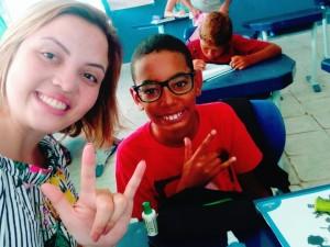Intérprete da Rede Municipal de Ensino de Ubatuba adapta realidade escolar à necessidade de aluno
