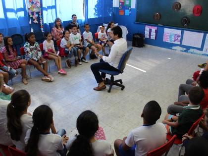 Prefeito de Ubatuba concede entrevistas a alunos da Rede Municipal de Ensino