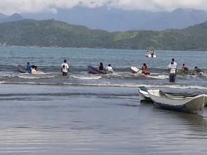 Alunos da EM Belarmino resgatam tradição com Corrida de Canoa Caiçara