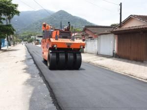 Prefeitura de Ubatuba prossegue nos serviços de asfaltamento