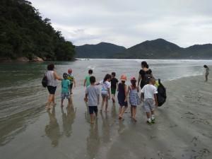 Alunos da escola Ernesmar realizam atividade no mangue da Praia Dura